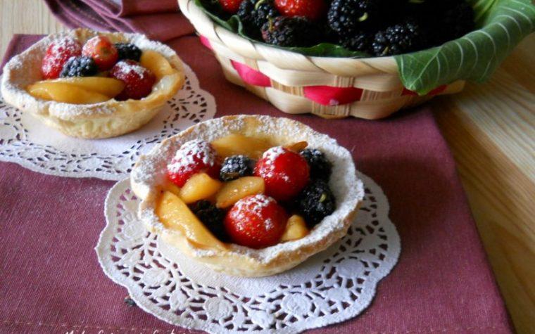 Tartellette con frutta fresca e gelatina d'arance