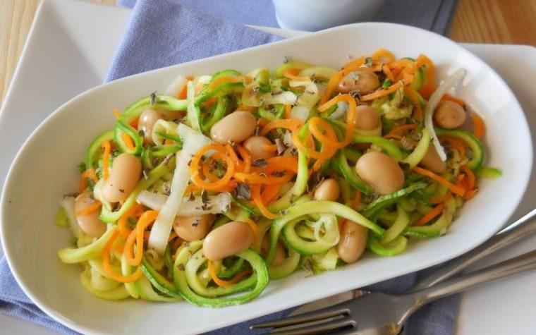 Insalata saporita con spaghetti di verdure