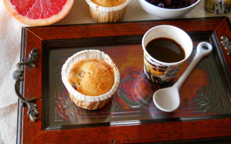 Mini muffins al pompelmo rosa e mirtilli