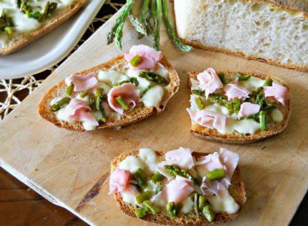 Crostoni con asparagi e prosciutto