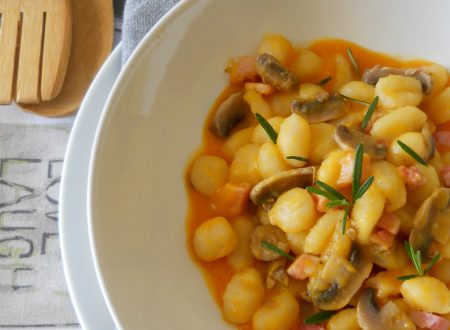 Gnocchi su crema di zucca con funghi e pancetta