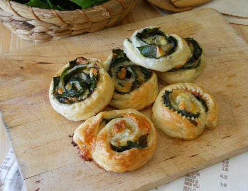 Rondelle di pasta sfoglia con spinaci e crema di prosciutto
