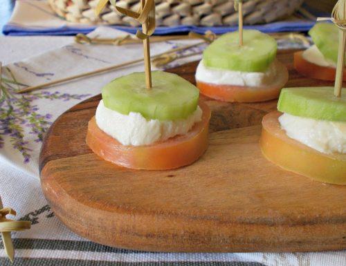 Spiedini con pomodori provola e cetrioli