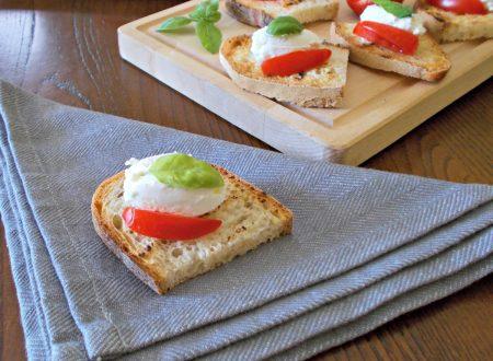 Bruschette con robiola e pomodori
