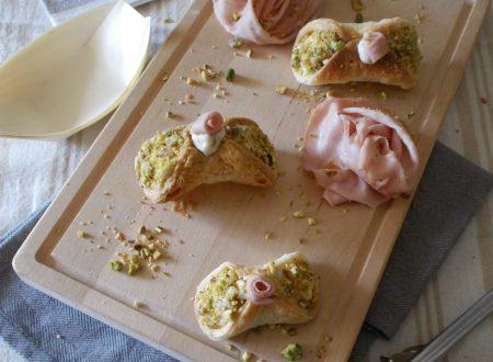 Cannoli di sfoglia con crema alla mortadella e pistacchi