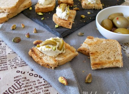 Tartine con crema di robiola e pistacchi