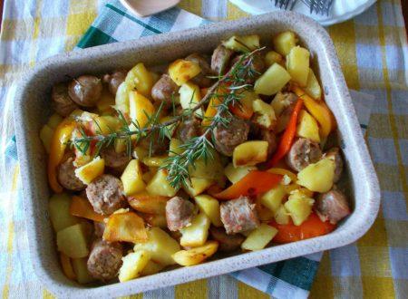Salsicce al forno con patate e peperoni
