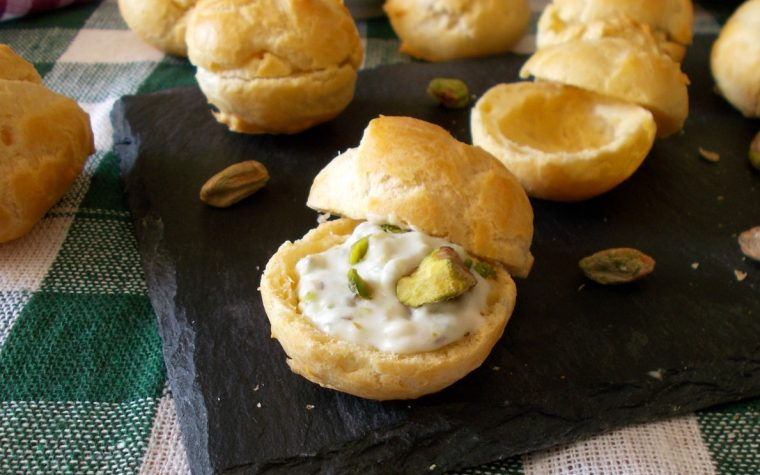 Bignè con mousse di gorgonzola e pistacchi