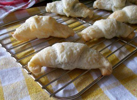 Cornetti salati ripieni di friarielli napoletani e formaggio
