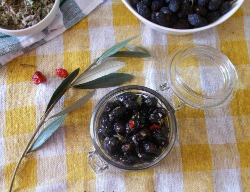 Olive nere essiccate condite