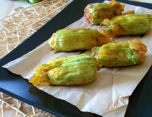 Fiori di zucchina ripieni di salsicce e formaggio