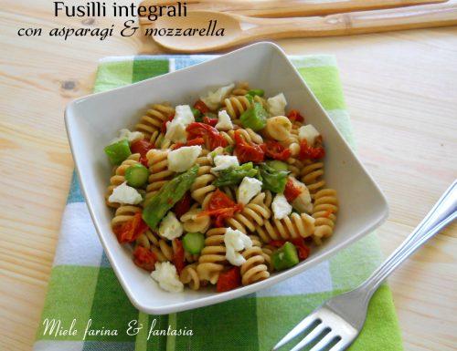 Fusilli integrali freddi con asparagi e mozzarella