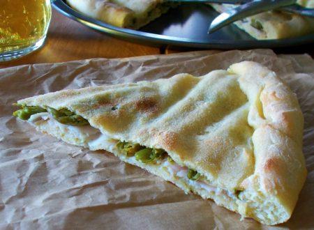 Focaccia di grano duro ripiena di asparagi e prosciutto