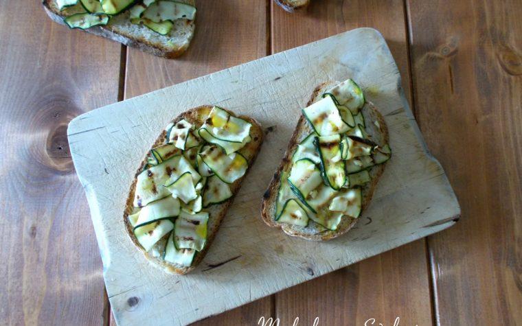 Bruschette vegetariane con zucchine alla griglia
