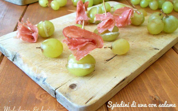 Spiedini di uva con salame e gorgonzola