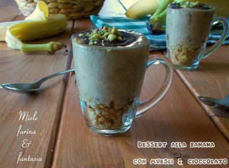 Dessert con banane muesli e cioccolato
