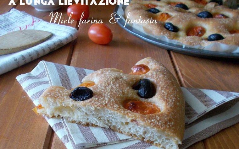 Focaccia a lunga lievitazione con pomodori e olive