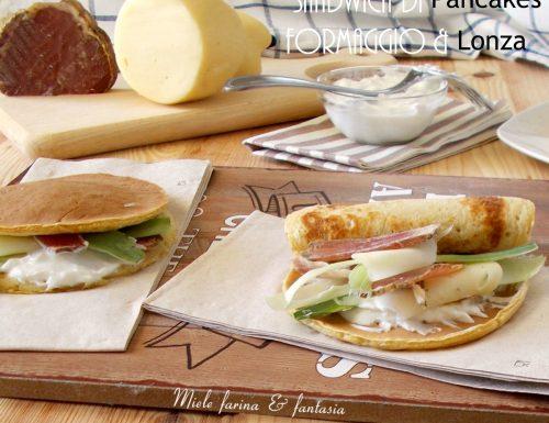 Sandwich di pancakes con formaggio e lonza