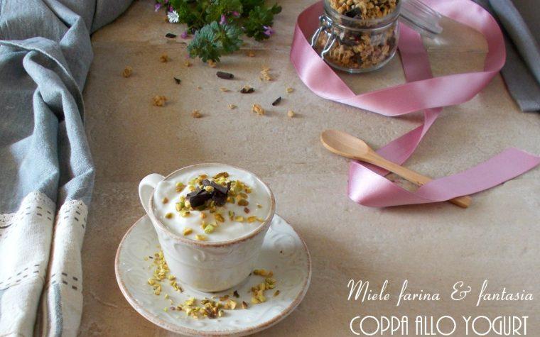 Dessert in tazza con yogurt e muesli