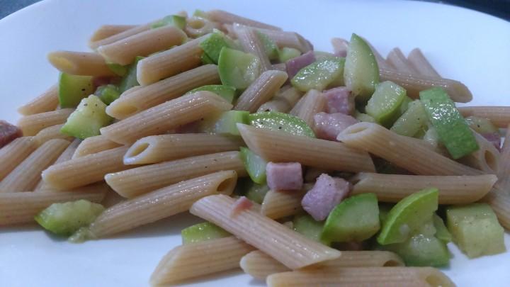 Pasta integrale con zucchine e dadi di cotto (Light)