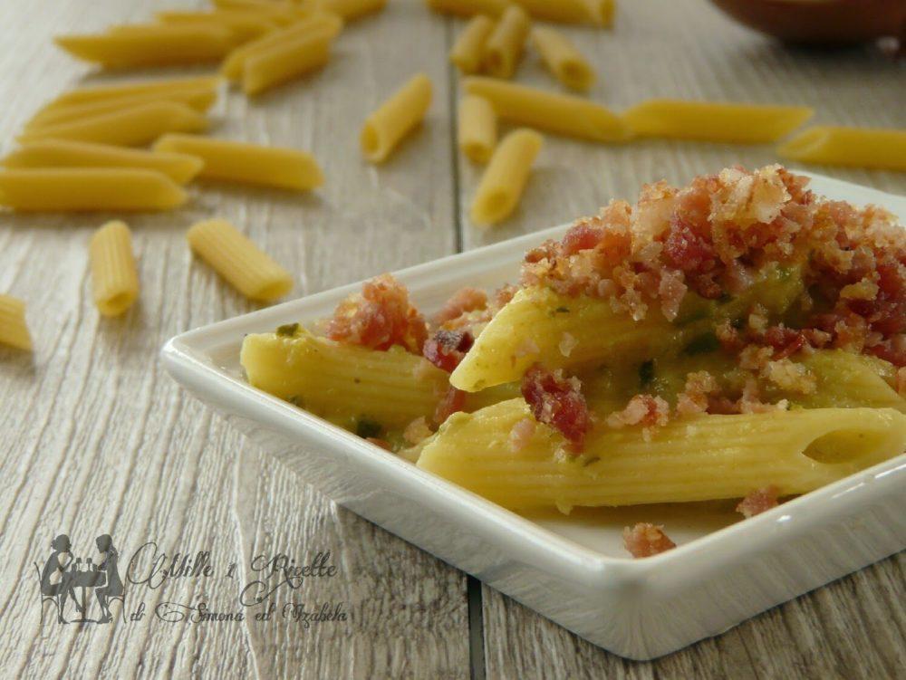Pasta con crema di zucchine e crumble di speck
