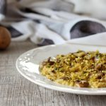 Risotto cremoso allo zafferano con funghi e granella di pistacchio