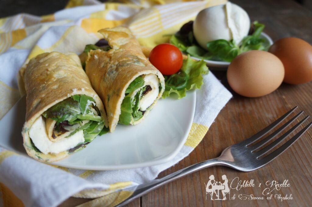 La crepes di uova con insalata mista e mozzarella di bufala