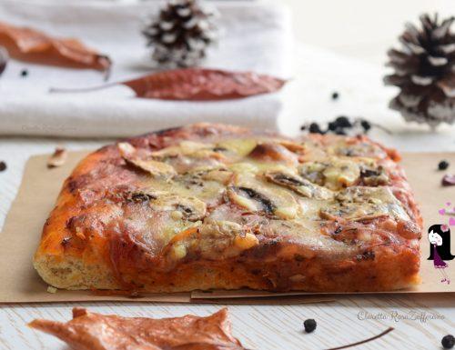 Pizza alta e soffice con i funghi
