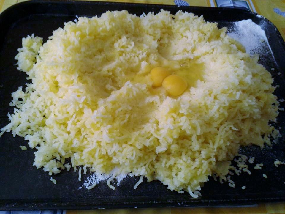 lessare le patate e pelarle ancora calde, schiacciarle fare una fontana dove dentro mettiamo le uova sale e pepe