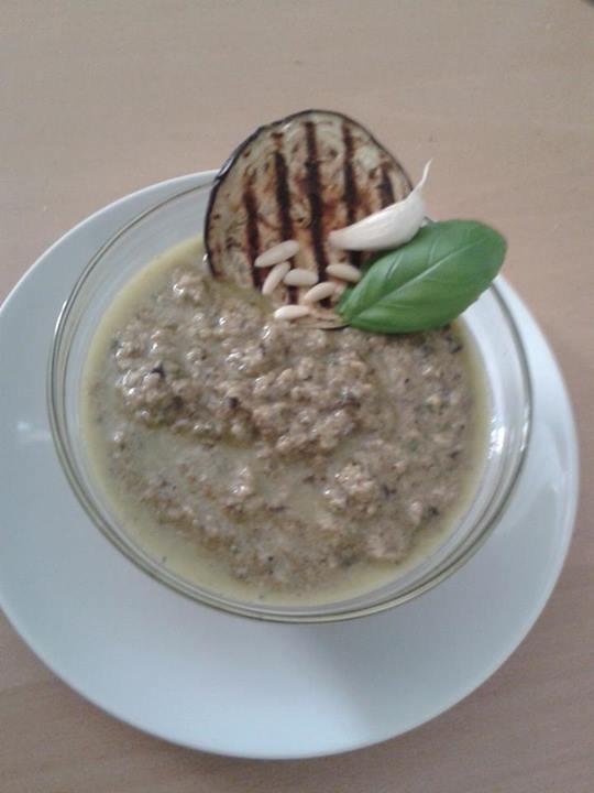 pesto di melanzane : 1 grossa melanzana arrostita + 50 gr parmigiano+2 spicchi di aglio+ basilico in foglie+ 1 manciata di pinoli  sale + pepe ( facoltativo) Olio Evo