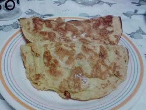 Omelette con prosciutto cotto e mozzarella
