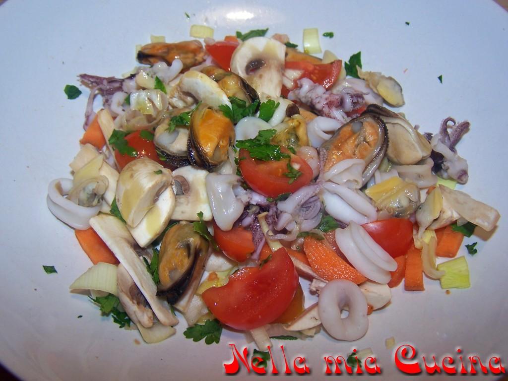 Un piatto che si mangia sempre volentieri sia come antipasto che come secondo ... non c'è una ricetta ben precisa perché ognuno di noi può scegliere il tipo di pesce mettere (purché si possa bollire)che le verdure da aggiungere ..   Questa è la mia ricetta :  10 pomodorini  1carota  1costa di sedano bianco   1porro   6 funghi bianchi prataioli  Sale  pepe  Aglio  Olio  Prezzemolo   Per un totale di 250 gr a porzione ho bollito :  Molluschi  Polpo  Seppia  Calamaro  Vongole   Gamberetti  Ho iniziato a pulire e tagliare a pezzetti le verdure che ho condito con olio sale pepe aglio  Ho pulito la seppia , il calamaro ed il polipo e li ho messi a bollire x 40 minuti in una pentola a pressione , scolati e tagliati a pezzi ...  Per le vongole ed i molluschi invece li ho lavati e fatti aprire in una casseruola con olio e aglio   Lasciati raffreddare e sgusciati  Per ultimi ho bollito i gamberetti che ho preso congelati ....  Unito tutti i vari pesci con le verdure precedentemente preparate e aggiungere al prezzemolo ........   In tavola correggere il condimento aggiungendo olio e limone a piacere  visita anche la mia pagina fb : Miriam-nella mia cucina