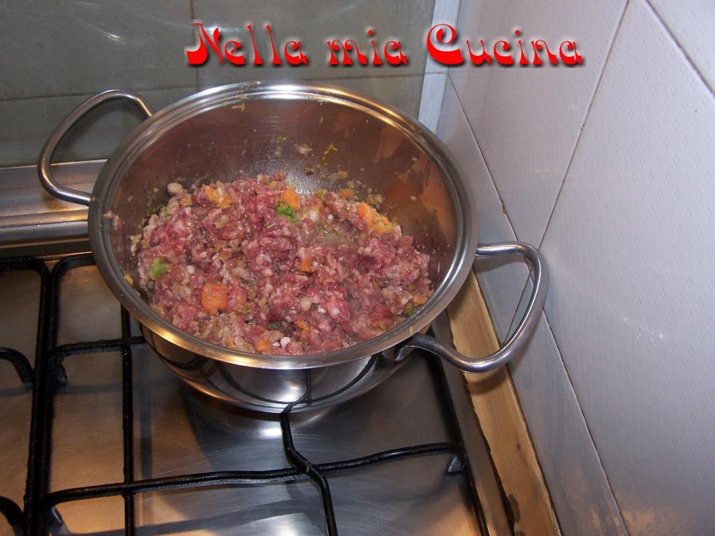 quando il soffritto è pronto aggiungere la carne e farla rosolare per bene