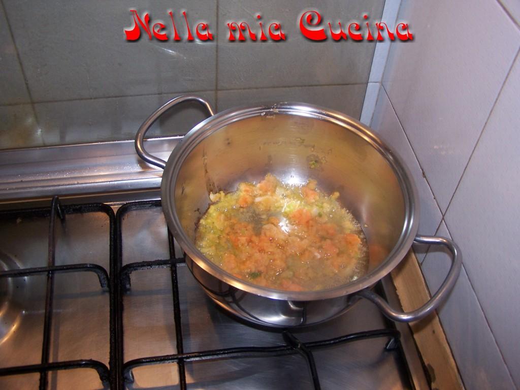 iniziare con tritare le verdure e fare uno soffritto