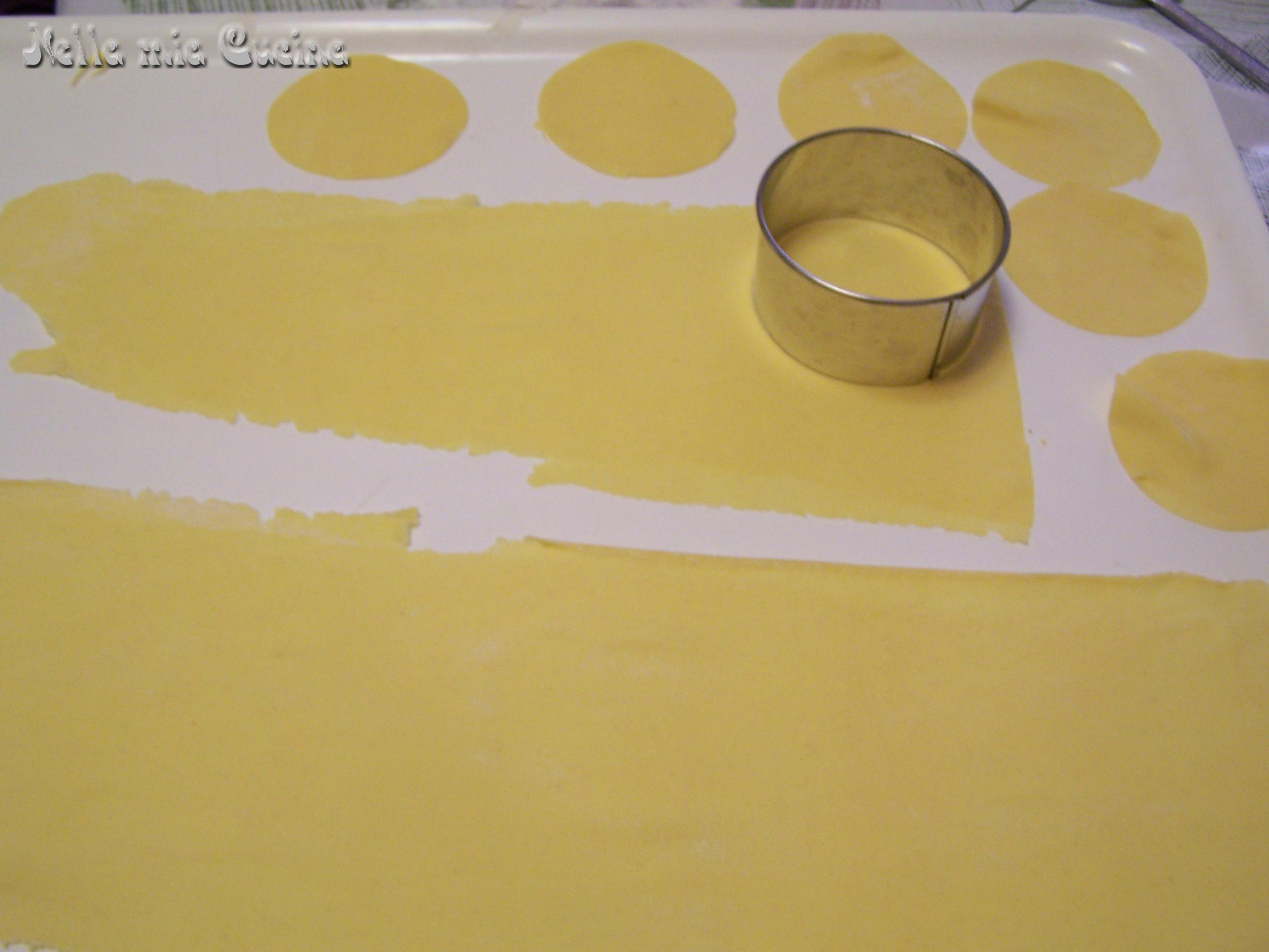 con un coppa pasta incidere dei cerchi e posizionare al centro un cucchiaino di purea di zucca
