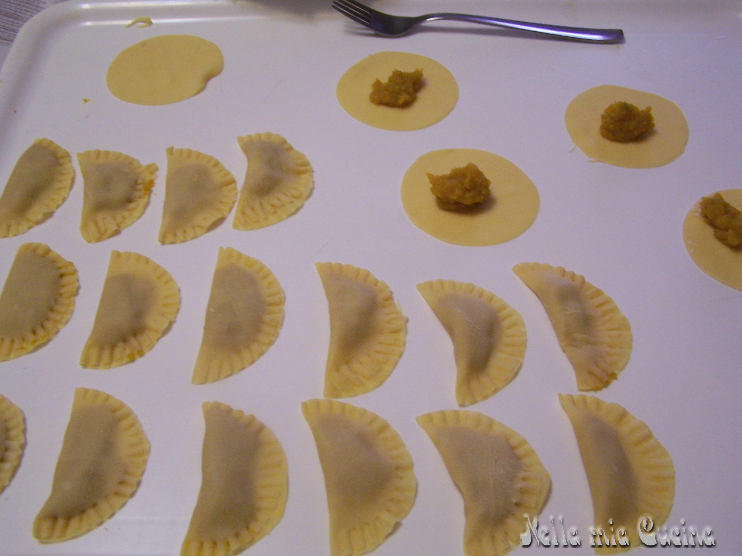 piegare la pasta e con una forchetta chiudere molto bene i semicerchi, lasciare la pasta ripiena almeno 30 minuti all'aria prima di cucinare .