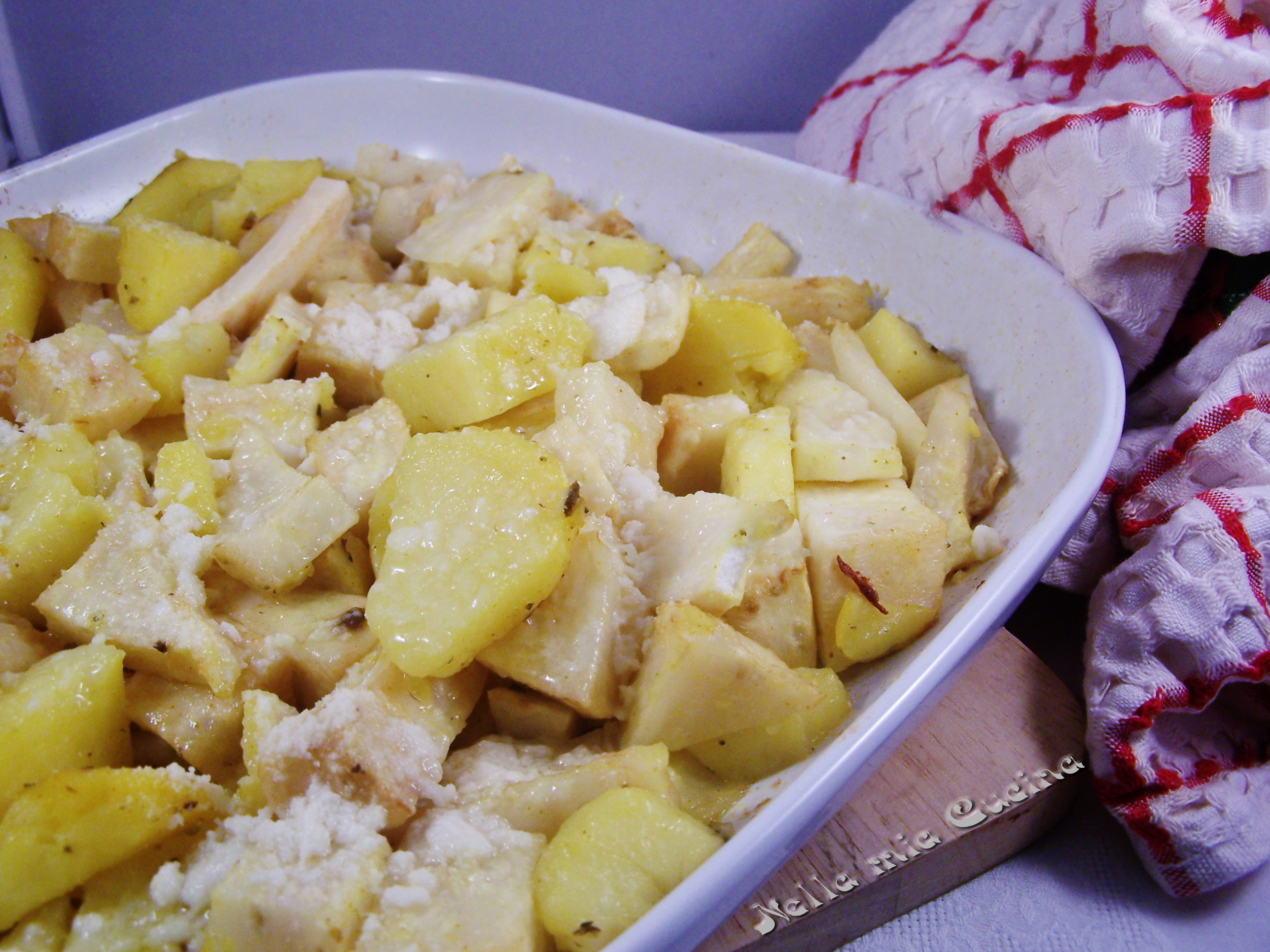 Una ricetta veloce e golosa da preparare con Sedano Rapa e Patate cotti al forno che diventa un ottimo contorno da abbinare a carni cotte alla griglia
