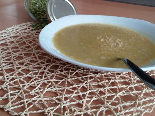 Zuppa di piselli spezzati e quinoa