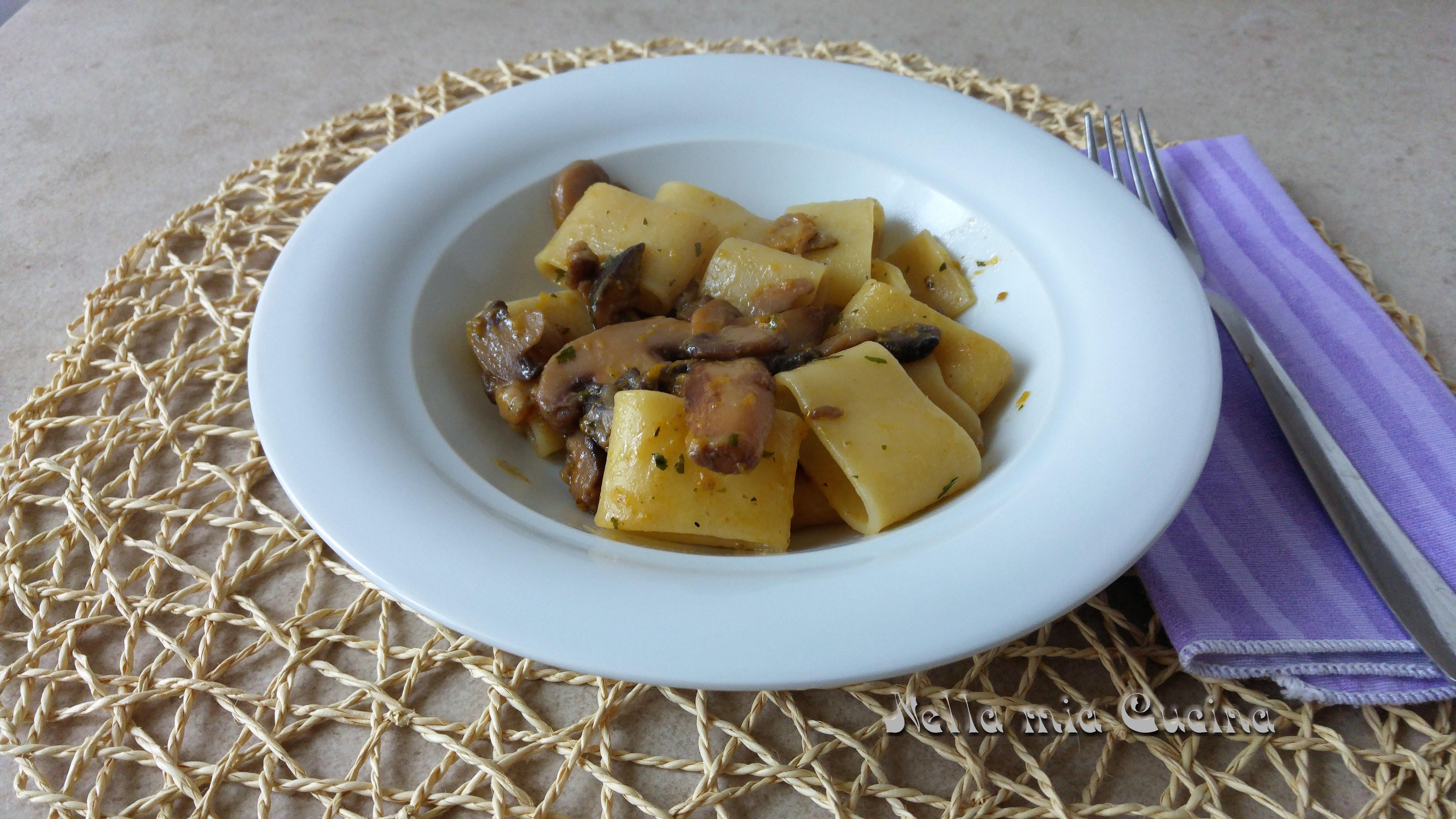 Pasta con sugo  di zucca , porcini e pepe nero