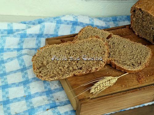 Pane integrale cucinato nella macchina del pane
