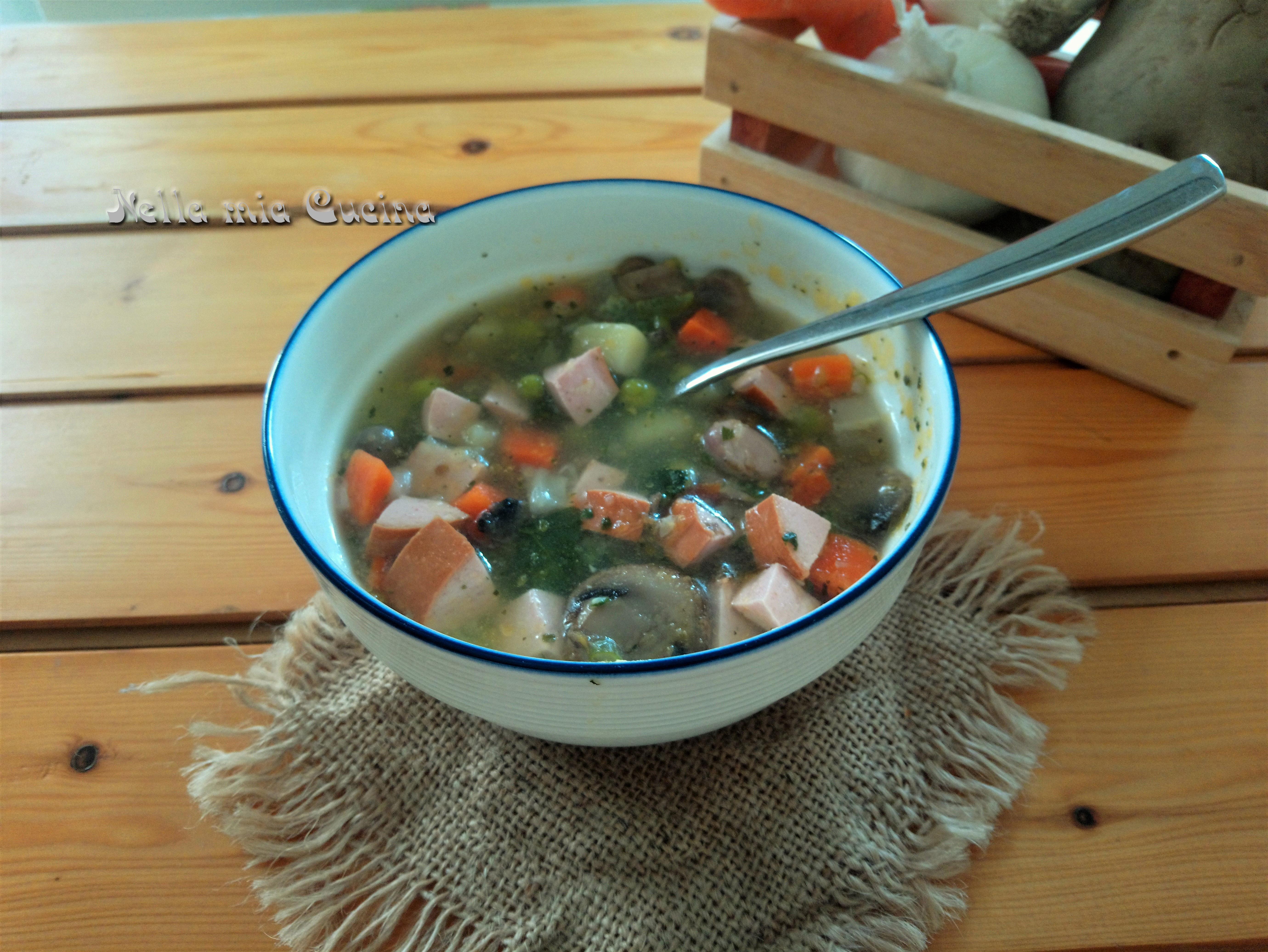 Minestrone di verdura con wurstel
