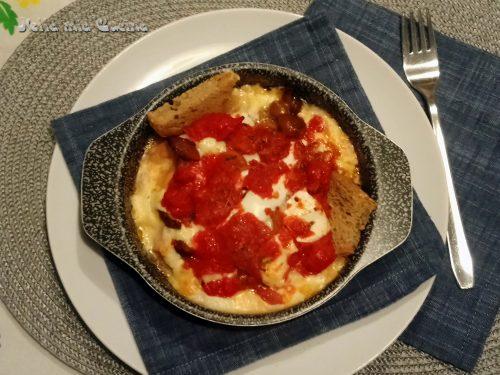 Crostino di wurstel e formaggio cotto al forno