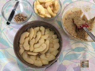 Torta di mele con yogurt e granella di nocciole