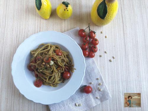 Spaghetti con crema di avocado e pomodorini