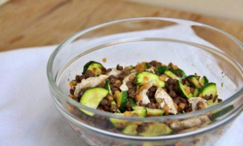Insalata di lenticchie, pollo e zucchine