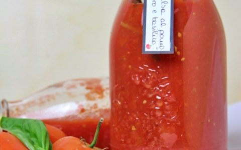 Passata di pomodoro e basilico fatta in casa (pronta da utilizzare)