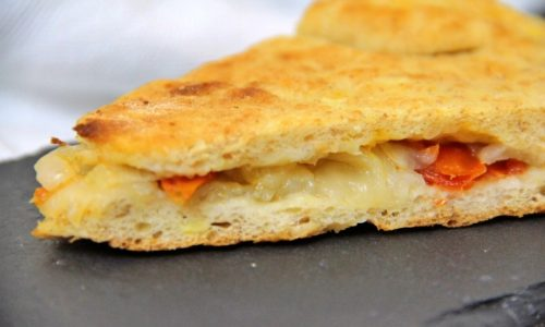 Pizza ripiena con cipolle e pomodoro