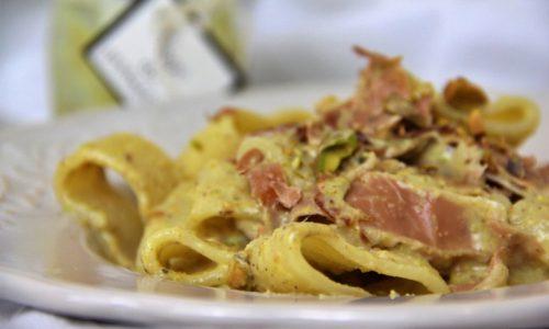 Pasta con speck e pistacchi