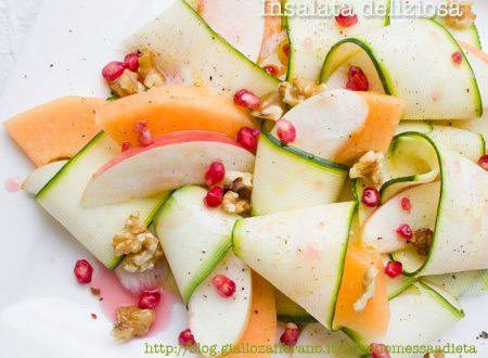 Insalata deliziosa di zucchine e melone al melograno