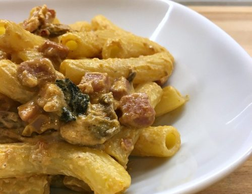 Pasta cremosa con funghi e pancetta